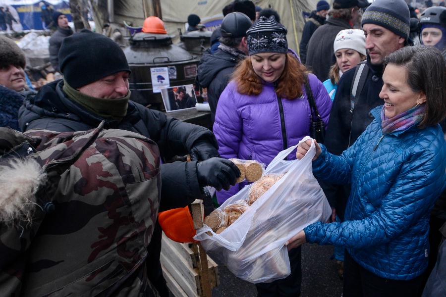 Виктория Нуланд на Майдане раздает печенье